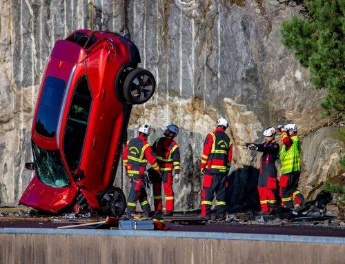 Pozrite sa, ako spoločnosť Volvo Cars zhadzuje nové autá z výšky 30 metrov, aby pomohla záchranárom zachraňovať životy